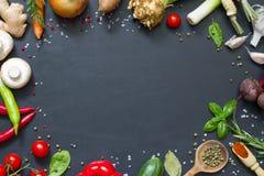 Concepto culinario del marco de la comida del menú en fondo negro Foto de archivo libre de regalías