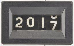Concepto de 2017, Año Nuevo Ciérrese para arriba de los dígitos de un contador mecánico imagenes de archivo