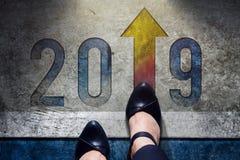 Concepto de 2019 años Opinión superior la hembra con los zapatos de trabajo formales fotografía de archivo libre de regalías