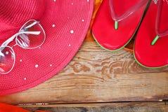 Concepto de accesorios del verano en la madera Foto de archivo libre de regalías