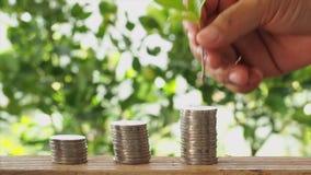 Concepto de ahorro del dinero, pila de monedas almacen de metraje de vídeo