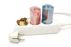 Concepto de ahorros de la energía con el dinero en divisor eléctrico Imagen de archivo