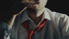 Concepto de alcoholismo o de desorden del uso del alcohol como hombre barbudo con la bebida del alcohol en un vidrio metrajes