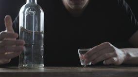 Concepto de alcoholismo Sirva la vodka de consumición solamente en un cuarto oscuro en la cámara lenta metrajes