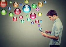 Concepto de alta tecnología de la tecnología móvil Perfil lateral de un hombre que usa la tableta con los medios iconos sociales  Foto de archivo libre de regalías