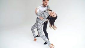 Concepto de amor, de relaciones y de baile social Danza social, salsa, zouk, tango, concepto del kizomba - par hermoso almacen de video