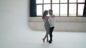 Concepto de amor, de relaciones y de baile social Danza social, salsa, zouk, tango, concepto del kizomba - par hermoso almacen de metraje de vídeo