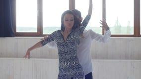 Concepto de amor, de relaciones y de baile social Pares hermosos jovenes que bailan danza sensual en un fondo blanco almacen de metraje de vídeo