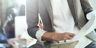 Concepto de Analysis Documents Thinking del hombre de negocios Foto de archivo libre de regalías