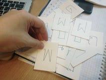 Concepto de aprender lengua tailandesa y el alfabeto Tarjeta masculina de la tenencia de la mano con la letra imagenes de archivo