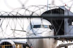Concepto de arrestar a terroristas en el avión secuestrado o el otro incidente de la aviación Zona de seguridad aeroportuaria Avi Imagen de archivo libre de regalías