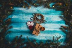 Concepto de artículos de la Navidad en una tabla Imagen de archivo libre de regalías