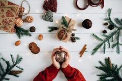Concepto de artículos de la Navidad en una tabla de madera blanca Fotos de archivo libres de regalías