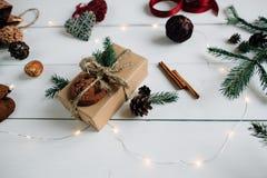 Concepto de artículos de la Navidad en una tabla de madera blanca rústica Foto de archivo libre de regalías