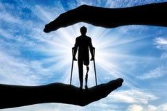 Concepto de ayuda y de cuidado para discapacitado con una pierna prostética Fotos de archivo