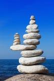 Concepto de balanza y de armonía El blanco oscila zen en el mar Imagenes de archivo