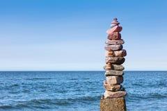 Concepto de balanza y de armonía Oscila zen en el mar Foto de archivo