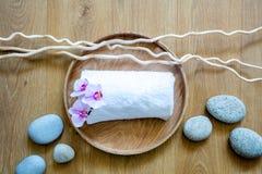 Concepto de belleza y de pureza con rodado encima de la toalla blanca fotos de archivo