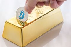 Concepto de bitcoin físico de Cryptocurrency con la hucha del lingote de oro fotografía de archivo libre de regalías