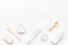 Concepto de Bodycare con el sistema de cosméticos en maqueta de escritorio de la opinión de la mujer Imagen de archivo
