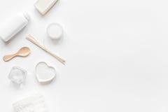 Concepto de Bodycare con el sistema del blanco de cosméticos en maqueta de escritorio de la opinión de la mujer Foto de archivo
