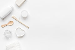 Concepto de Bodycare con el sistema del blanco de cosméticos en maqueta de escritorio de la opinión de la mujer Fotos de archivo libres de regalías