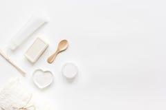 Concepto de Bodycare con el sistema del blanco de la maqueta de escritorio de la opinión de la mujer de los cosméticos Imagenes de archivo