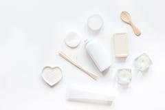 Concepto de Bodycare con el sistema del blanco de la maqueta de escritorio de la opinión de la mujer de los cosméticos Foto de archivo