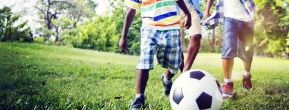 Concepto de Brother Playing Football Outdoors del africano Fotos de archivo