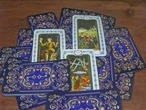Concepto de cartas de tarot viejas en la tabla de madera marrón imagen de archivo libre de regalías