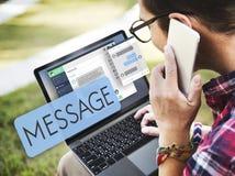 Concepto de charla de Digitaces del correo electrónico en línea del mensaje fotos de archivo