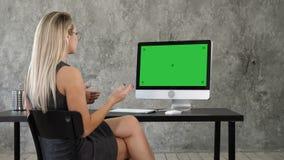Concepto de charla de la comunicación de la conferencia video de la llamada Señora en oficina que habla con alguien en su ordenad almacen de video