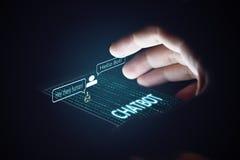 Concepto de Chatbot Hombre que sostiene smartphone y que usa la charla imágenes de archivo libres de regalías