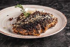Concepto de cocina americana Filete frito, jugoso del cerdo en pimienta negra con tomillo y salsa de queso blanca en un plato de  imágenes de archivo libres de regalías