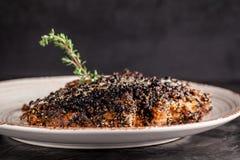 Concepto de cocina americana Filete frito, jugoso del cerdo en pimienta negra con tomillo y salsa de queso blanca en un plato de  fotos de archivo libres de regalías