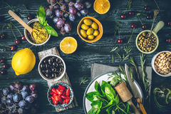 Concepto de cocina mediterránea Diversos fruta, hierbas y aperitivos en la opinión de sobremesa de madera Imagen de archivo
