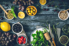 Concepto de cocina mediterránea Diversos fruta, hierbas y aperitivos en la tabla de madera horizontal Imagen de archivo