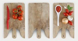 Concepto de cocinar con la tabla de cortar de madera, tomates, cebolla, b Fotografía de archivo