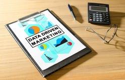 Concepto de comercialización conducido datos en un escritorio imagenes de archivo