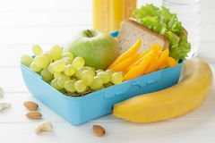 Concepto de comida sana para la escuela o trabajo sobre el fondo de madera blanco Fotografía de archivo libre de regalías