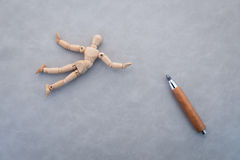 Concepto de competencia con la figura de madera que camina con la cuerda Imagen de archivo