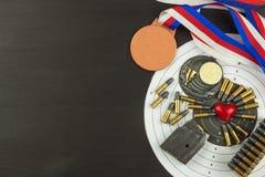 Concepto de competencias del tiroteo Tiroteo del deporte Diploma del fondo del Biathlon Herramientas y blancos en fondo de madera Foto de archivo libre de regalías