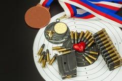 Concepto de competencias del tiroteo Tiroteo del deporte Diploma del fondo del Biathlon Herramientas y blancos en fondo de madera Imagenes de archivo