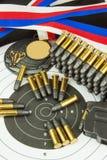 Concepto de competencias del tiroteo Tiroteo del deporte Diploma del fondo del Biathlon Herramientas y blancos en fondo de madera Foto de archivo