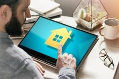 Concepto de compra de las propiedades inmobiliarias, reservaci?n, haciendo publicidad v?a Internet imagen fotografía de archivo