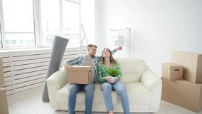 Concepto de compra y de alquilar las propiedades inmobiliarias Los pares jovenes de la familia compraron o alquilaron su primer p almacen de video