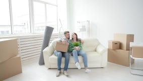 Concepto de compra y de alquilar las propiedades inmobiliarias Los pares jovenes de la familia compraron o alquilaron su primer p metrajes