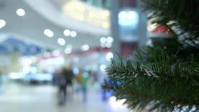 Concepto de compras del d?a de fiesta Empa?e el pasillo en el centro comercial con las decoraciones de la Navidad 4K metrajes
