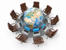 Concepto de comunicación empresarial global. Ordenadores portátiles y butacas alrededor de la tabla con tierra Imagenes de archivo