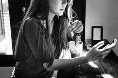 Concepto de consumición de la tecnología del teléfono móvil de la bebida de la mujer Foto de archivo libre de regalías